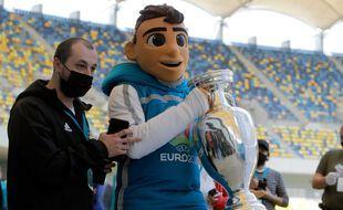 La mascotte de l'Euro 2021, pas au point sur les gestes barrières.