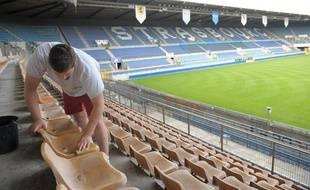 De retour en Ligue 2, le Racing club de Strasbourg doit répondre au cahier des charges de la LFP pour obtenir la licence club et les 900.000 euros qui vont avec. Le stade de la Meinau doit subir quelques travaux pour être homologué en L2. (Archives)