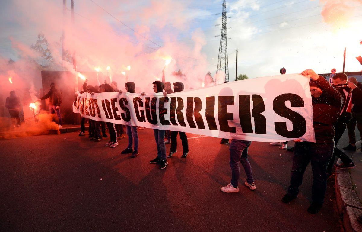 Les Ultras du Roazhon Celtic Kop et leur banderole «On veut des guerriers», à l'arrivée du bus du Stade Rennais, le 21 octobre 2017. – J.-S. Evrard / AFP