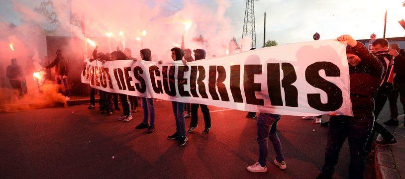 Les Ultras du Roazhon Celtic Kop et leur banderole «On veut des guerriers», à l'arrivée du bus du Stade Rennais, le 21 octobre 2017.