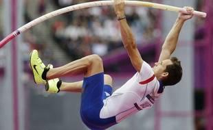 Renaud Lavillenie, pendant les qualifications du saut à la perche aux Jeux olympiques deLondres, le 8 août 2012.