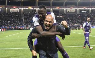 La joie de Pascal Dupraz et Issiaga Sylla après le succès sur le PSG en Ligue 1, le 23 septembre 2016 au Stadium de Toulouse.