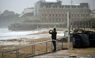 De la mousse était apparue au lendemain de la tempête Amélie, sur la grande plage de Biarritz.