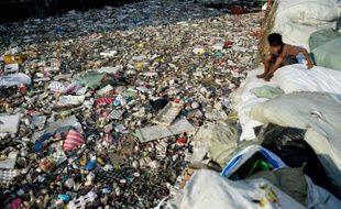 Une plage couverte de déchets plastiques à Manille, le 23 janvier 2016