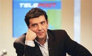 L'une des figures du journalisme sportif, Thierry Gilardi, qui assurait les commentaires des grandes rencontres de football sur TF1, est décédé mardi après-midi à l'âge de 49 ans des suites d'une crise cardiaque qui l'a frappé dans la matinée, a-t-on appris auprès de TF1.