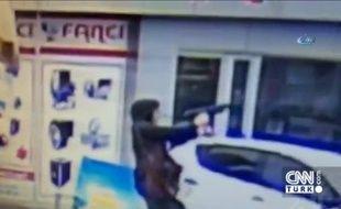 Des images vidéo tirées de caméras de surveillance montrent deux femmes ouvrant le feu à l'arme automatique sur un bus de la police à Istanbul.