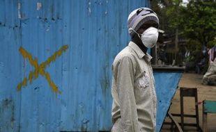 Un garde dans un hôpital de Moronvia, le 25 septembre 2014, où sévit l'épidémie d'Ebola