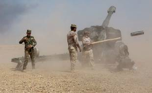 Artillerie irakienne entre Markhmour et Qayyarah a 70 km au sud de Mossoul. tir de canon sur les positions de Daesh.
