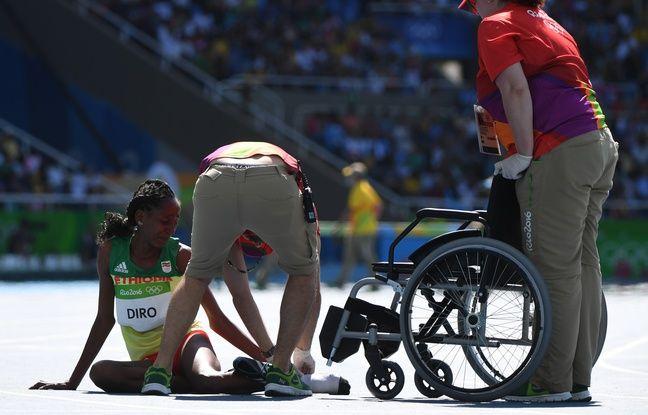 Les secouristes sont venus en aide à la coureuse éthiopienne à l'issue de la course