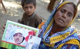 La villageoise pakistanaise Razia Shaikh montre une photo de sa fille lors d'une interview avec l'AFP, le 18 octobre 2014 à Sukkur