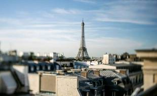 """Une vue de Paris avec la tour Eiffel, le 1er aoüt 2014. L'Ahtop, des syndicats professionnels et des hôteliers, ont déposé une plainte au parquet de Paris, pour dénoncer la """"concurrence déloyale"""" de plateformes de location de meublés en ligne, type Airbnb"""