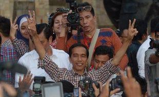 Le gouverneur de Jakarta Joko Widodo (les bras levés), candidat à la présidentielle, après son discours place Tugu Proklamasi, à Jakarta, le 9 juillet 2014