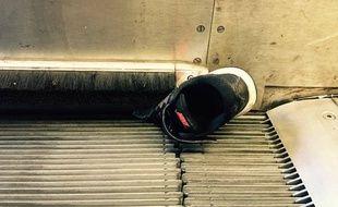 La chaussure du petit Robin coincée dans l'escalator.