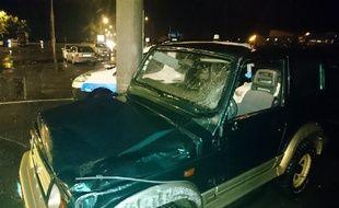 Le vent a soulevé cette voiture.