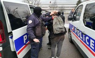 La police interpelle des lycéens aux abords du lycée Saint-Exupéry, à Mantes-la-Jolie, dans les Yvelines, le 6 décembre 2018.