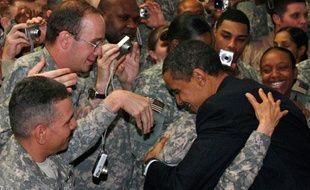 Le président américain Barack Obama congratule ses troupes lors d'une visite surprise dans un camp militaire à Bagdad, Irak, le 7 avril 2009.