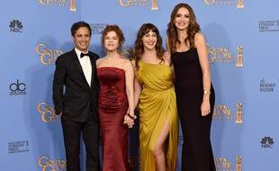 Gael Garcia Bernal, Bernadette Peters, Lola Kirke et Saffron Burrows prennent la pose après la distinction de la série «Mozart in the Jungle» lors des Golden Globes 2016, le 10 janvier 2016.