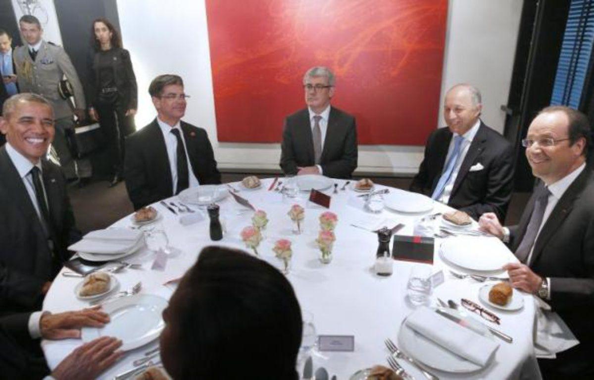 Le président français Francois Hollande (d), son homologue américain Barack Obama (g) et le ministre français des Affaires étrangères Laurent Fabius (2e d) lors d'un diner au restaurant Le Chiberta à Paris le 5 juin 2014 – Christophe Karaba Pool