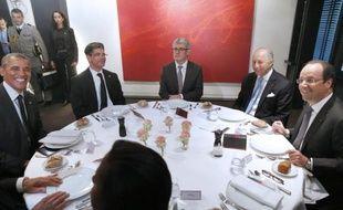 Le président français Francois Hollande (d), son homologue américain Barack Obama (g) et le ministre français des Affaires étrangères Laurent Fabius (2e d) lors d'un diner au restaurant Le Chiberta à Paris le 5 juin 2014