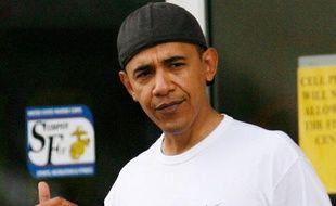 Repéré, Barack Obama, casquette à l'envers, devant le club de gym des marines, à Hawaii. La classe américaine.