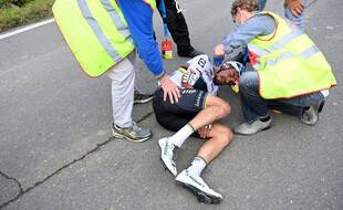 Julian Alaphilippe a lourdement chuté en heurtant une moto sur le Tour des Flandres.