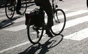 Un vélo circulant dans les rues de Toulouse.