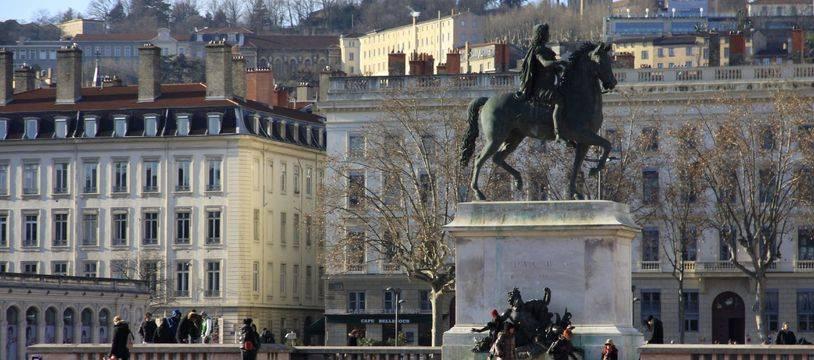 La statue de Louis XIV place Bellecour va subir un diagnostic patrimonial. Illustration de la ville de Lyon, Rhone, Rhone Alpes. Place Bellecour. Lyon, FRANCE - 29/12/2014/VILAXAVIER_1607.16/Credit:XAVIER VILA/SIPA/SIPA/1501051623