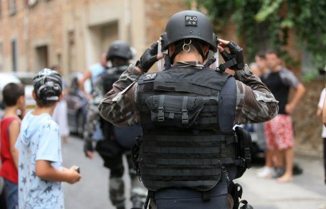 Haute-Savoie: Arrêté en pleine rue avec une tenue de militaire sur les épaules et un couteau à la main