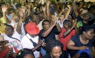 """Le leader du LKP Elie Domota et le préfet Nicolas Desforges ont signé mercredi soir un accord appelant """"à la reprise de l'activité normale"""" en Guadeloupe, après 44 jours de grève générale, tandis qu'en Martinique les négociations continuaient."""
