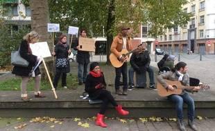 L'artiste américain Markus (au centre) a déjà organisé un petit rassemblement positif en novembre 2013 à Lille.