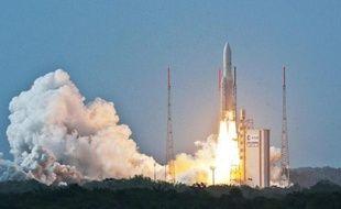 Photo prise et fournie par ESA-CNES-ARIANESPACE le 26 avril montrant le décollage d'une fusée Ariane 5 qui a lancé avec succès depuis la Guyane française le satellite commercial norvégien THOR 7 et le satellite militaire franco-italien Sicral