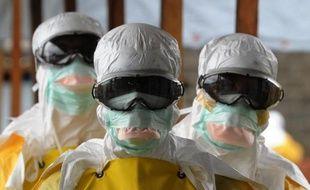 Des soignants de Médecins Sans Frontières, à l'hopital Elwa de Monrovia, le 30 août 2014