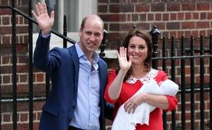 Le prince William, Kate Middleton, duchesse de Cambridge, et leur troisième enfant, Louis Arthur Charles, le 23 avril 2018 à Londres.