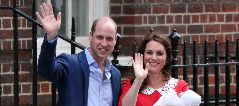 Le prince William, Kate Middleton, duchesse de Cambridge, et leur troisième enfant, Louis Arthur Charles, le 23 avril 2018 à Londres.