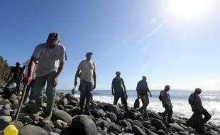 """""""Une fouille minutieuse"""" a lieu le 10 août 2015 sur le rivage au nord de l'île de La Réunion où a été retrouvé le fragment d'aile appartenant très vraisemblablement au vol MH370"""