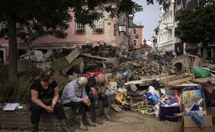 Des habitants de Bad Neuenahr-Ahrweiler, en Rhénanie-Palatinat, dans l'ouest de l'Allemagne, se reposent après avoir dégagé des décombres laissés par les inondations.