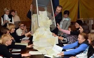 Le parti du président Viktor Ianoukovitch arrive en tête des législatives en Ukraine dimanche, suivi par l'alliance d'opposition proche de l'ex-Première ministre emprisonnée Ioulia Timochenko, dans un scrutin où le boxeur Vitali Klitschko et les nationalistes ont créé la surprise.
