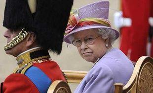 La reine d'Angleterre Elisabeth lance un regard noir lorrs d'une cérémonie officielle en compagnon du prince Philip à Londres le 12 juin 2010.
