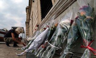 Des fleurs devant la gare Saint-Charles en hommage aux victimes de l'attentat d'octobre 2017