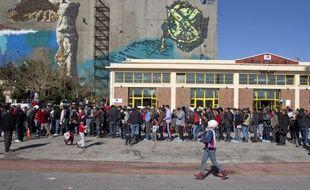 Des réfugiés font la queue sur le port du Pirée, à Athènes, en attendant une distribution de nourriture organisée le 2 mars 2016.