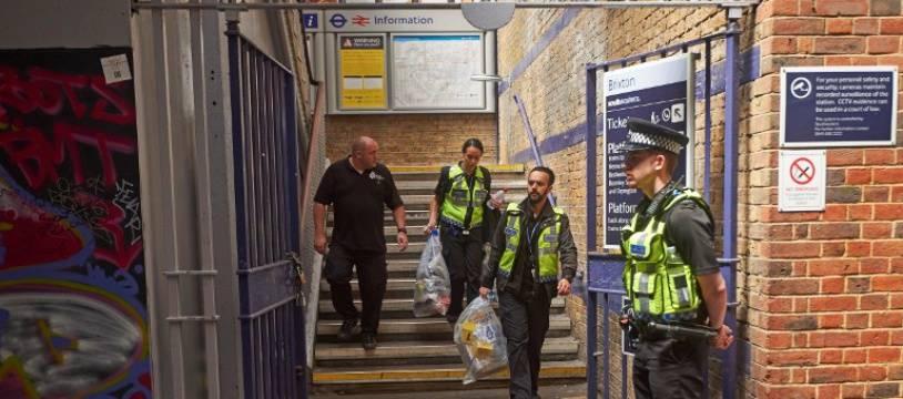 Les policiers britanniques évacuent les corps de la gare de Brixton, le 18 juin 2018.