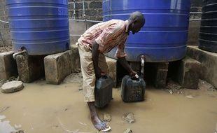 Un homme s'approvisionne en eau à Lagos, au Nigeria.