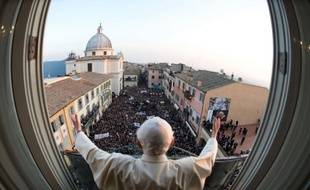 """""""Paix et sérénité"""": le pape """"émérite"""" Benoît XVI a passé ses premières 24 heures d'ex-souverain pontife entre télévision, prière et une bonne nuit de sommeil, a rapporté vendredi le porte-parole du Saint-Siège, au lendemain de la démission historique de Joseph Ratzinger."""