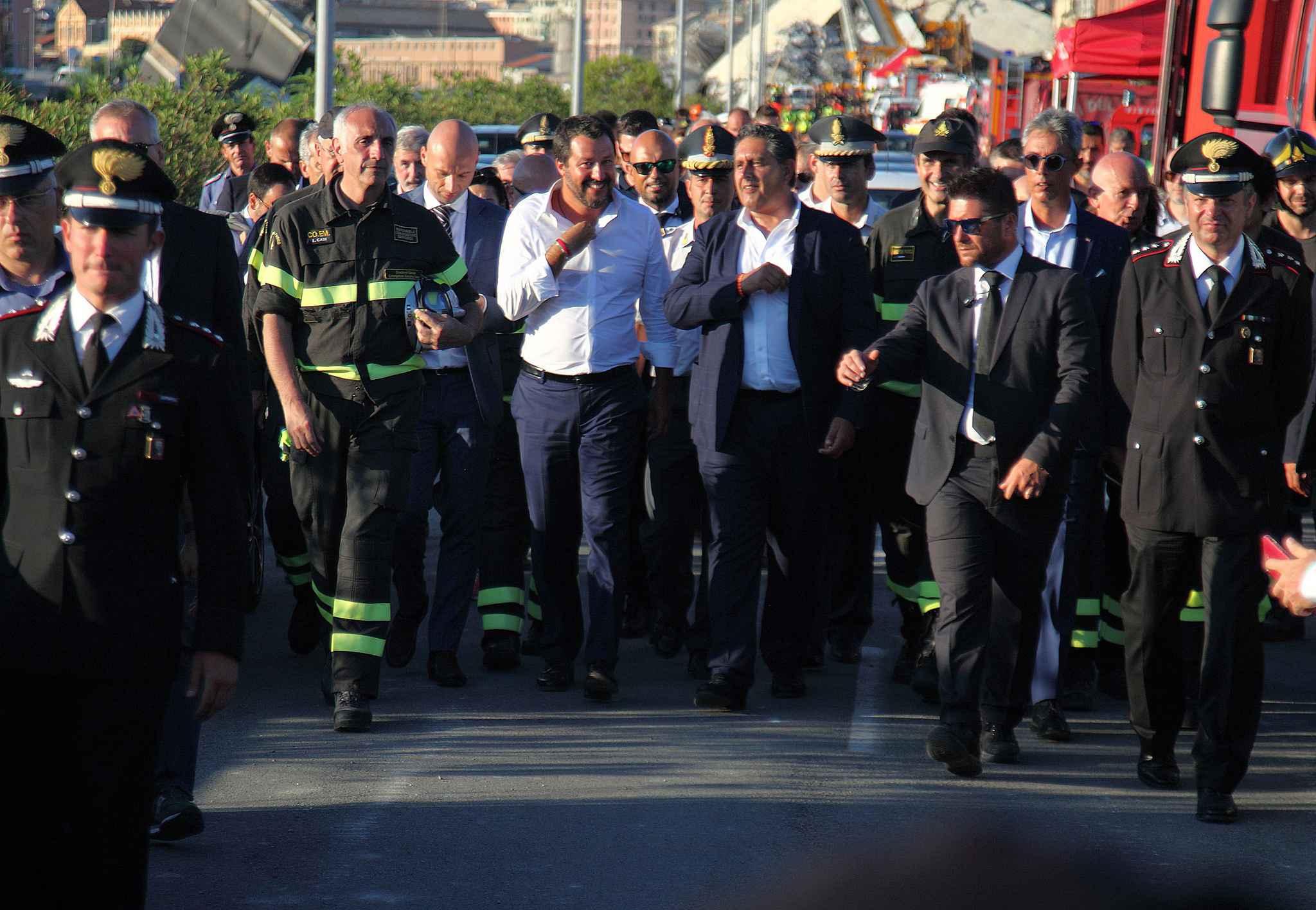 Jeudi 16 août,Matteo Salvini,(à gauche) le ministre de l'Intérieur italien et Giovanni Toti, le président de la région Ligurie, dont la capitale est Gênes sont arrivés dans cette ville où le pont Morandi s'est effondré.