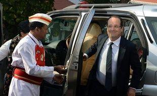 """Le président français François Hollande a lancé vendredi à Bombay une opération séduction auprès des investisseurs et des industriels indiens, """"invités"""" à venir en France pour stimuler des échanges économiques encore frileux."""