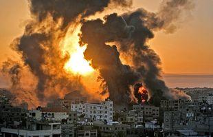 Un incendie fait rage au lever du soleil à Khan Yunish à la suite d'une frappe aérienne israélienne sur des cibles dans le sud de la bande de Gaza, le 12mai 2021.
