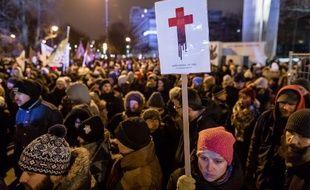 Des Polonais manifestent en faveur de l'avortement devant le Parlement polonais, le 13 janvier 2018.