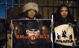 Après la diffusion du documentaire accablant «Surviving R. Kelly», des femmes manifestent devant le studio du chanteur à Chicago