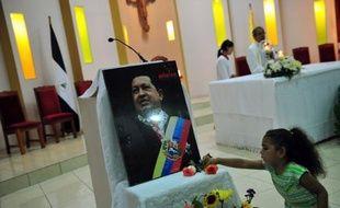 """Hugo Chavez, atteint d'un cancer, """"récupère progressivement"""" après son opération mardi à Cuba qui a donné lieu à """"une hémorragie"""", ont indiqué jeudi les autorités vénézuéliennes, évoquant de plus en plus l'hypothèse d'une incapacité du président à assumer ses fonctions."""