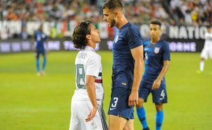 Matt Miazga provoquant le Mexicain Diego Lainez.